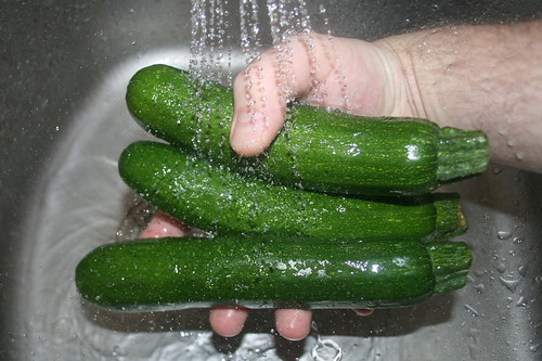 12 - Zucchini waschen / Wash zucchini