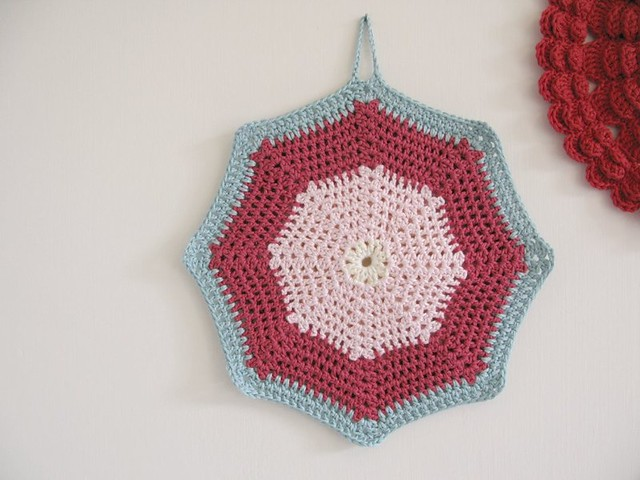 Daisy crochet potholder by Emma Lamb