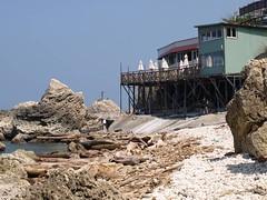 與海爭地的違法餐廳 (照片提供:高雄市柴山會 )