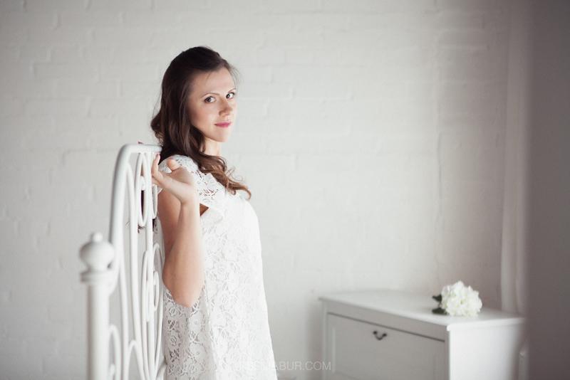 Фотосессия девушки в студии, фотограф в интерьерной студии, фото красивой девушки