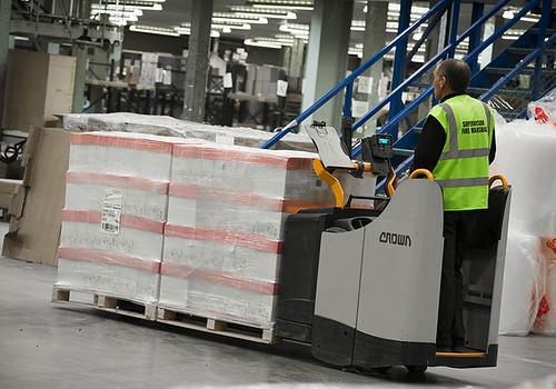 De Crown WT 3000-pallettruck met het Crown InfoLink® truckbeheersysteem in werking bij Spicers