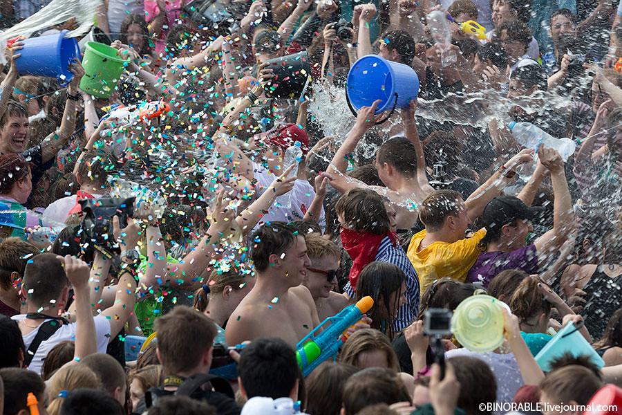 Водная битва на ВВЦ 2013 ©binorable.livejournal.com
