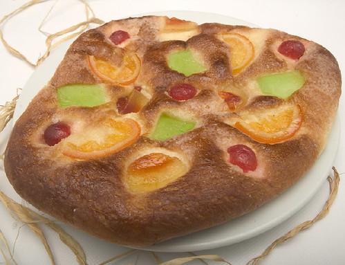 La coca de fruites és una de les més populars per Sant Joan.