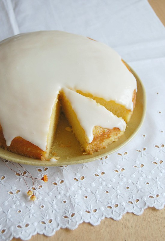 Lemon cornmeal cake with lemon glaze / Bolo de milho e limão siciliano com glacê de limão siciliano