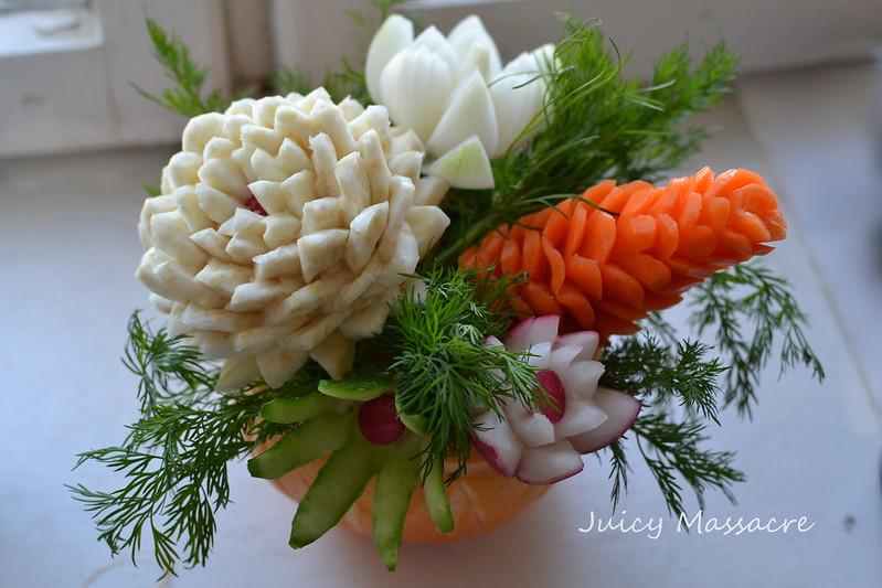 Шишка из моркови, цветки из сельдерея  и лука