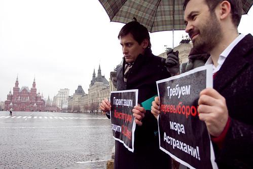 Илья Пономарев и Дмитрий Гудков на пикете на Красной площади  в Москве в поддержку Олега Шеина by hegtor