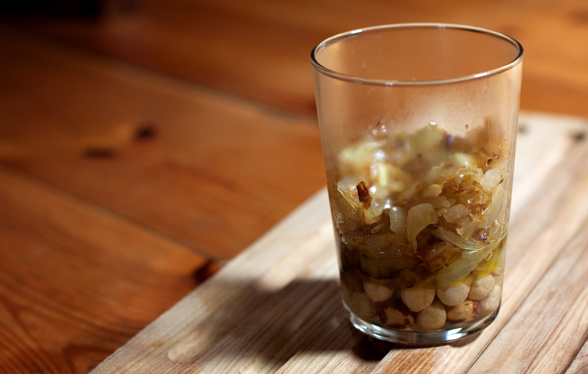 Ingredientes para la salsa de cebolla y avellanas