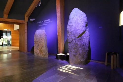 Der Skarthestein (links) und der große Sigtryggstein (rechts) in dem Wikinger Museum Haithabu WMH. Aufnahme vom 2. Juni 2013