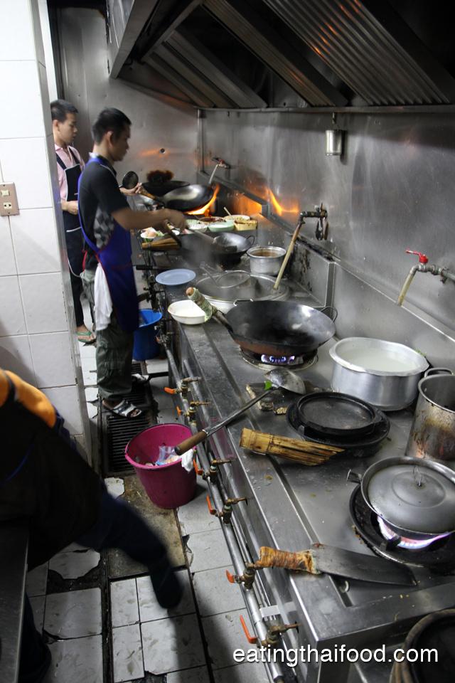 Peeking into the kitchen at 55 Pochana (ห้าสิบห้าโภชนา)