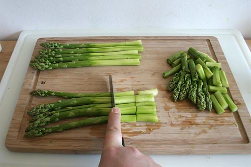 16 - Spargel in mundgerechte Stücke schneiden / Cut asparagus in bite-sized pieces