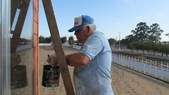 Operário prepara casamatas da cancha de laço
