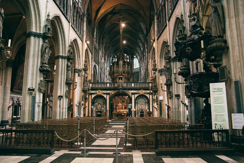 בתוך כנסיית גבירתנו