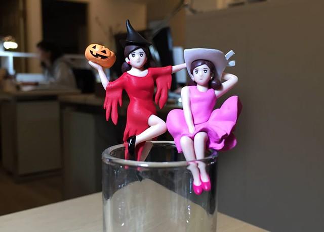 謝謝同事從京都帶回來的應景萬聖節杯緣子,因為這位緋紅巫女太性感,只好拿出她的姊妹風情萬種杯緣子跟她作伴了! 感謝大家每趟旅行都沒忘了我,這樣會不會有一天我可以開一個杯緣子展啊XD!