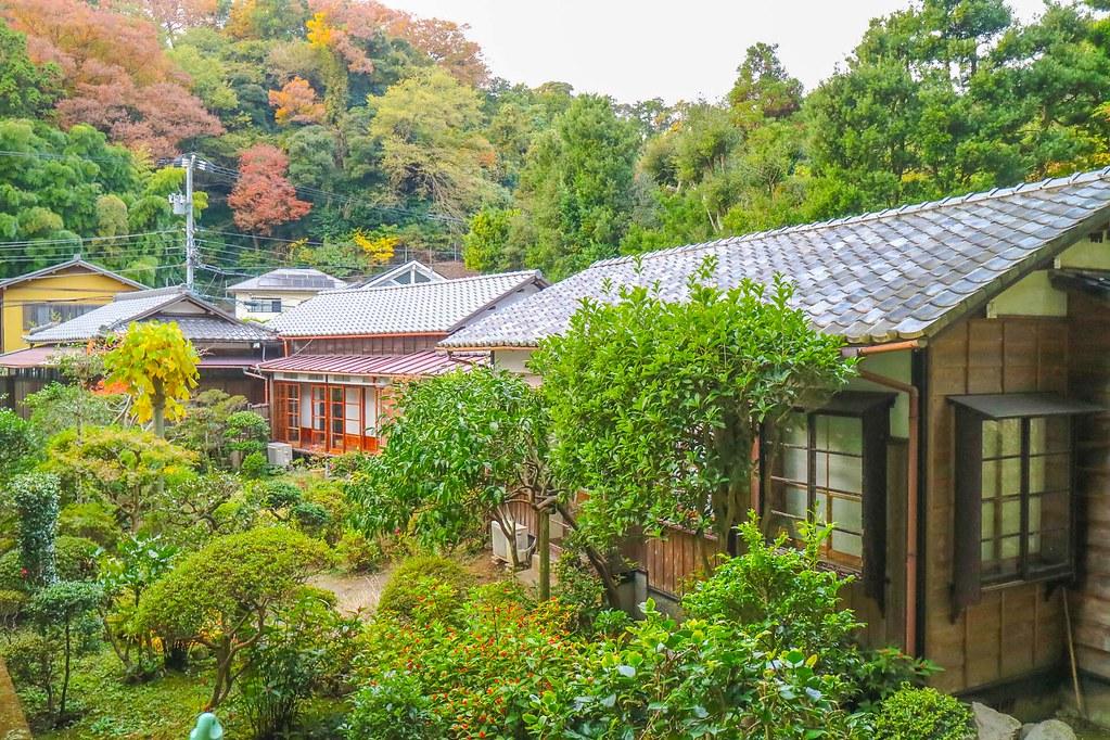 本物の古民家! 回廊が続く離れもあり、日本庭園を眺めての ...