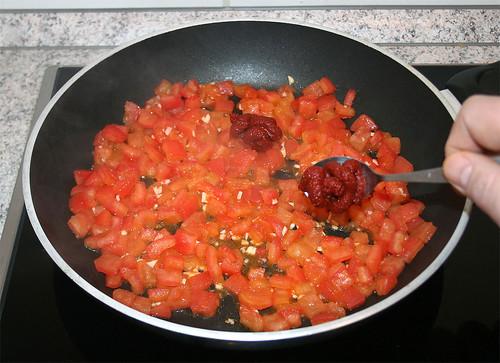 19 - Tomatenmark hinzu geben / Add tomato puree