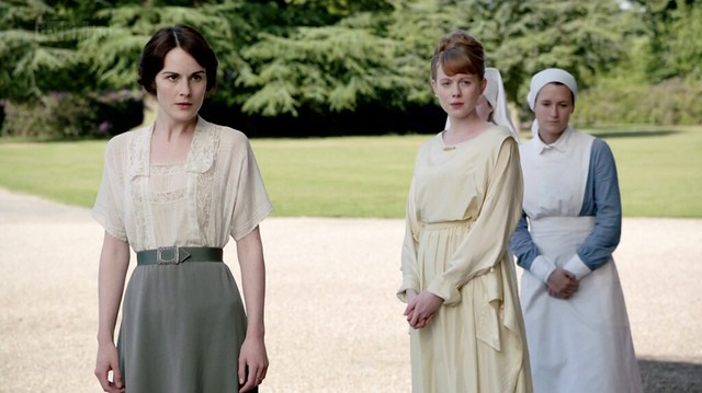 DowntonAbbeyS02E03_Marywhitelaceblousetealskirt