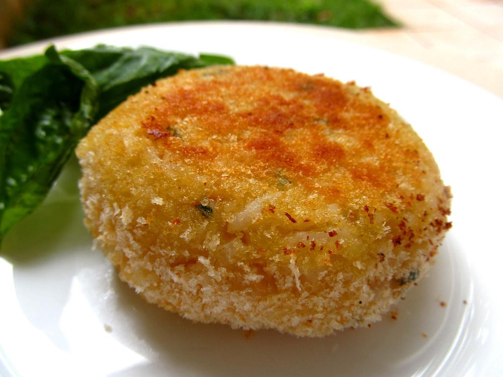 Bolinho de arroz com presunto, queijo e manjericão