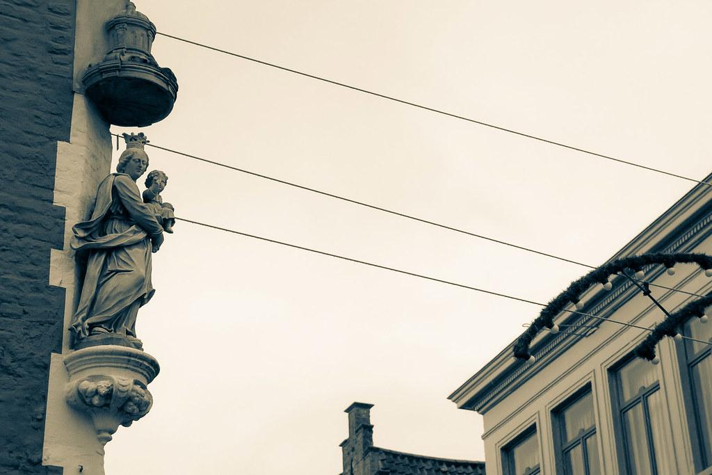 קדוש על קיר של בניין