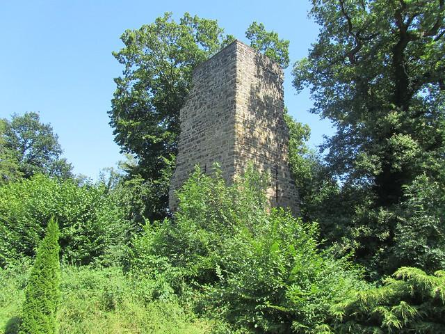 Von Burg Luttelnau ist nicht wirklich viel übrig. Ist aber natürlich ein Denkmal.