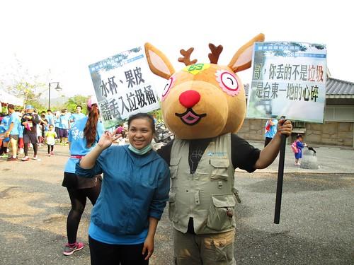 台東環保局用環保小鹿宣導享受美景不留垃圾;圖片來源:台東縣環保局。