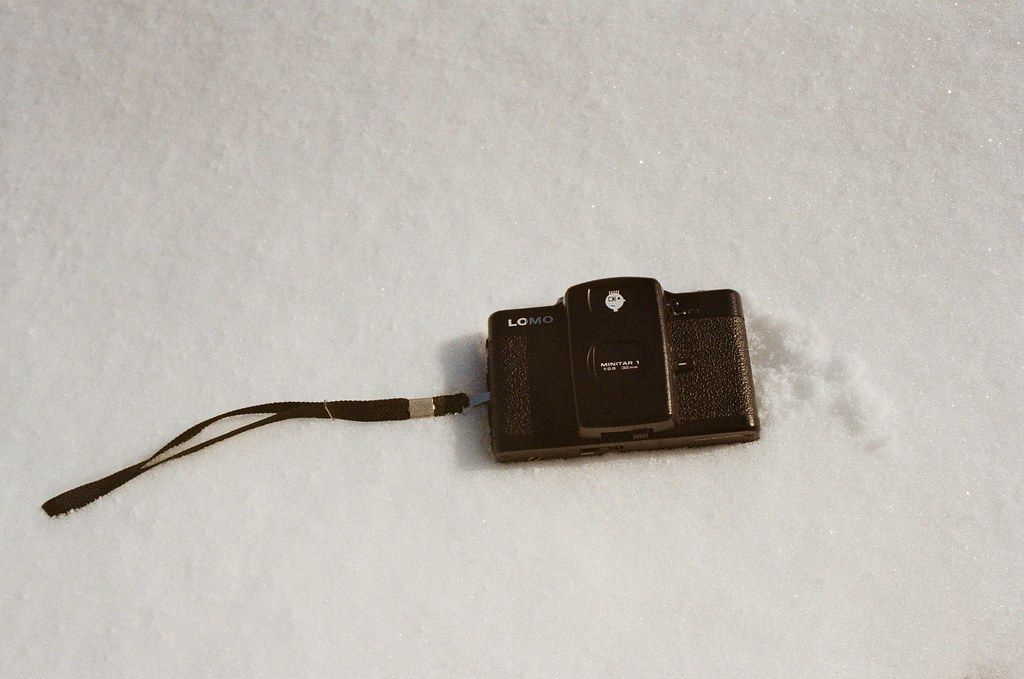 小樽 Otaru, Japan / Kodak ColorPlus / Nikon FM2 被我放在雪地上的 Lomo LC-A+,我不是要拋棄他,而是想看看放在上面的物品綿綿的雪可以承受多重。  不過之後我後悔了,因為從口袋裡拿出來的 Lomo LC-A+ 碰到雪很快會變成水,整個相機就會像是泡到水一樣。  Nikon FM2 Nikon AI AF Nikkor 35mm F/2D Kodak ColorPlus ISO200 8268-0035 2016/02/02 Photo by Toomore