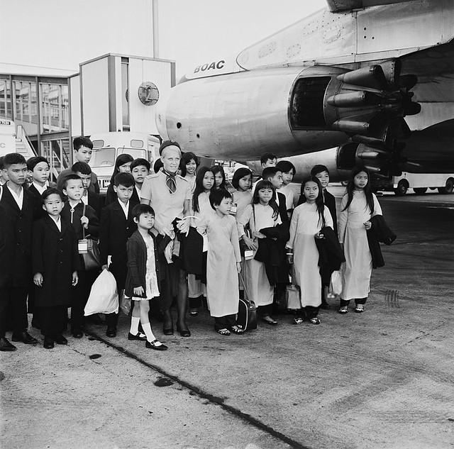 London Airport, 2nd July 1971 - Trẻ mồ côi Nam Việt Nam đến Phi trường Luân Đôn, Anh Quốc -- một hình ảnh tiền thân của Chiến dịch Babylift di tản trẻ mồ côi năm 1975