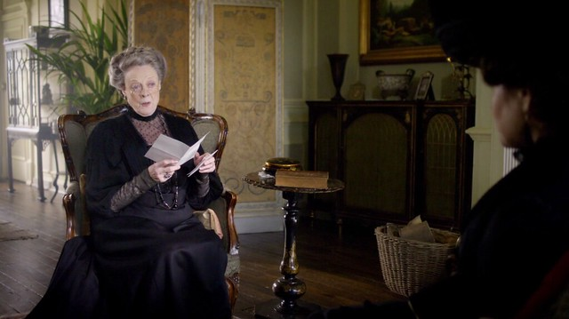 DowntonAbbeyS01E01_Violetblackglassesreadingletter