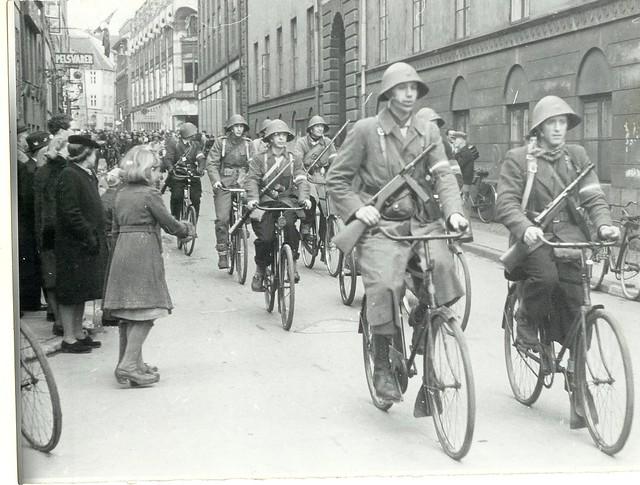 Frihedskæmpere på cykel ved Kattesundet 13 i København d. 6. maj 1945 | Flickr - Photo Sharing!