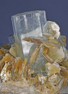 cristaux de béryl var. aigue-marine, cristaux de mica var. muscovite, cristaux de tourmaline var. schorl - crystals of beryl var. aquamarine, crystals of mica var. muscovite, crystals of tourmaline var. schorl