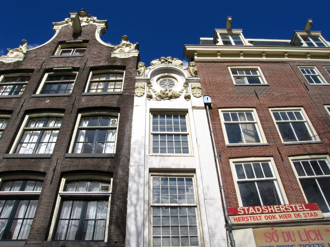 13. La casa del cochero del señor Tripp, la más estrecha de Ámsterdam. Justo en frente de la anterior. Autor, HenkLiu