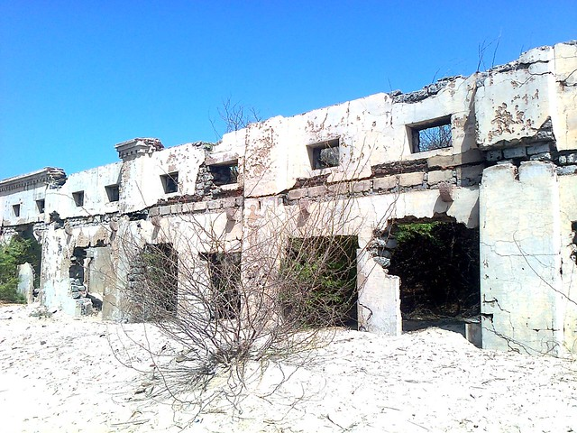 The 1964 cyclone destroyed the whole town of Dhanushkodi. One can still see the ruins of the railway station, the old church, the school, the post office.