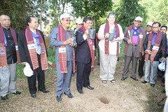 Bupati Tobasa Pandapotan Kasmin Simanjuntak & Ephorus HKBP Pdt.WTP Simarmata tanam pohon di Komp. HKBP IL.Nommensen Sigumpar