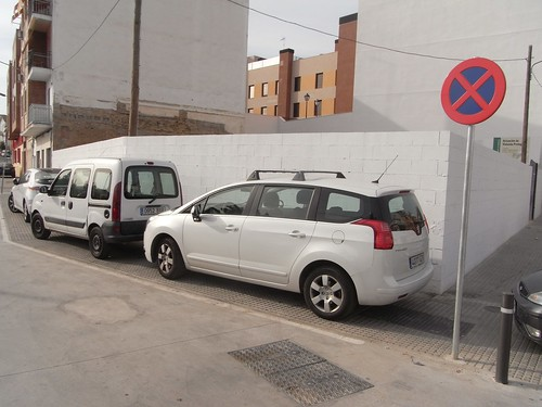 Coches aparcados en la acera en Ronda de Marrubial.
