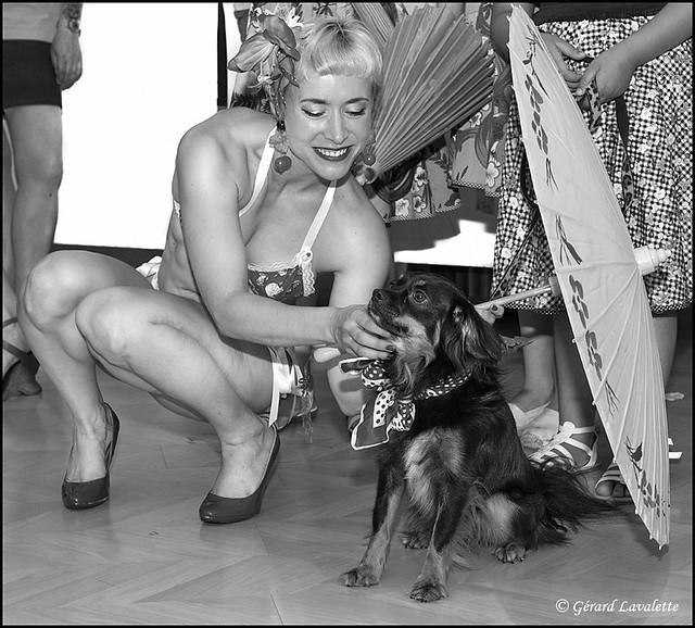La pin up et le chien