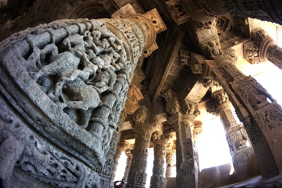 Колонны храма, на которых запечатлены сцены из жизни королей © Kartzon Dream - авторские путешествия, авторские туры в Индию, тревел фото, тревел видео, фототуры