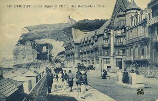 Étretat, la plage et l'hôtel des Roches Blanches