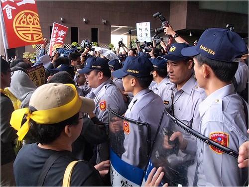 樂生聲援者欲入市府遞交安全同意書,遭到警方攔阻,雙方爆發推擠衝突。攝影:江佩津。