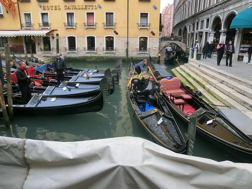 Eine der goldenen Gondeln von Nero in Venedig aber geradeaus fahren sie nur, weil sie krumm sind, die venezianische Gondeln, die schwarzen langgezogenen Boote sind ein Symbol der Lagunenstadt in der Adria 5183