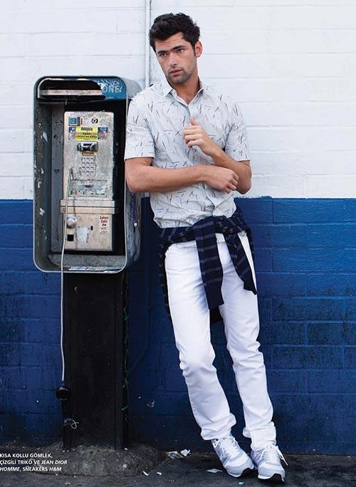 半袖柄シャツ×ホワイトパンツ×スニーカー