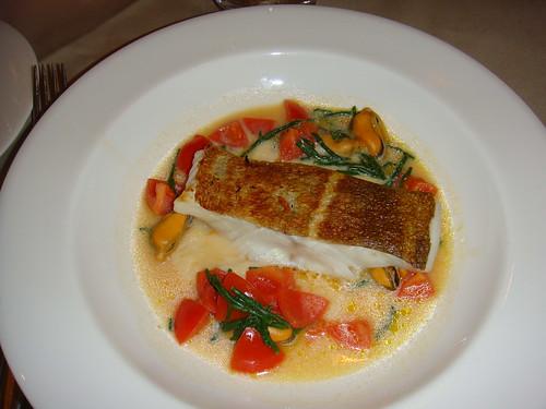 Filete de bacalao con mejillones y tomates