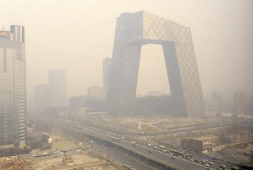 Смог, который часто охватывает Пекин, иногда настолько густой, что из-за него задерживается вылет самолетов и отправка поездов
