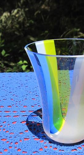 イエローとブルーのグラスのアップ by Poran111
