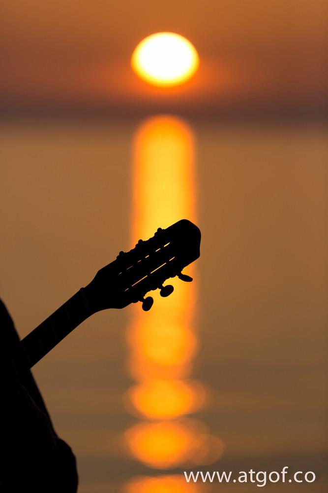 Bod yn cŵl (amplified jazz guitar busker) ar y prom