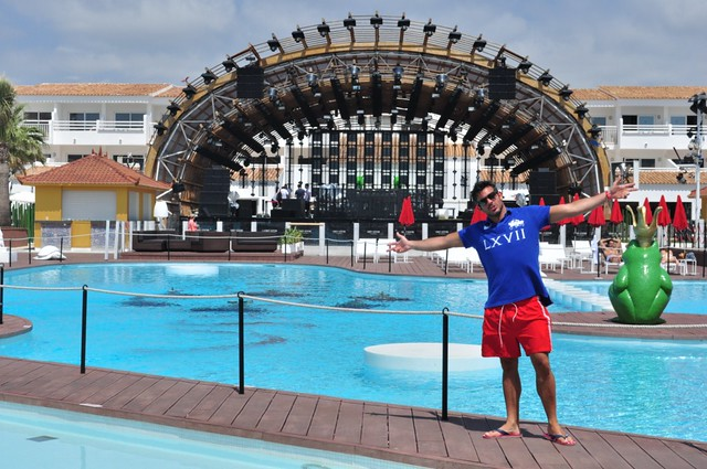 Area del The Club, con el escenario al fondo ...  relax por la mañana y medio día que se transforma de 5pm a 0am ... en una gran fiesta Ushuaïa Ibiza, la #experiencia más completa de la isla - 9326488235 65e31a9093 z - Ushuaïa Ibiza, la #experiencia más completa de la isla