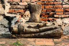 妙語佛言 Between ~Ayutthaya 大城,Stone Buddha with little flower@ Wat Phra Mahathat ~