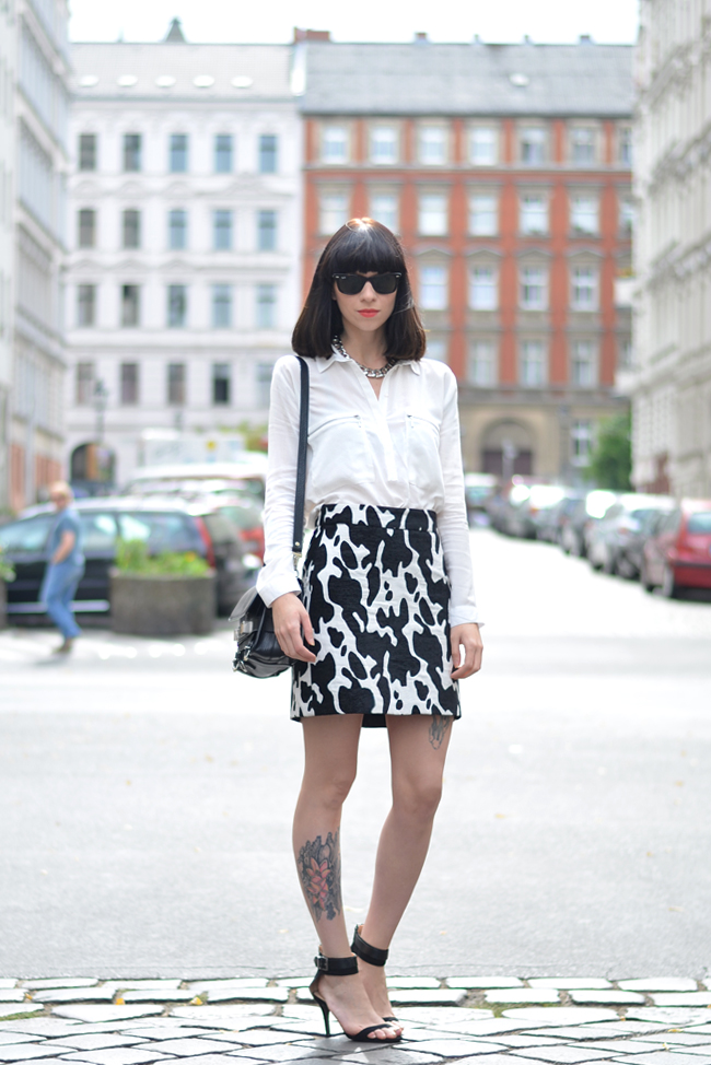 Outfit ZARA cow skirt white blouse CATS & DOGS outfit blog Berlin 9