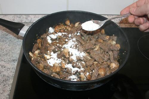 28 - Mit Mehl bestäuben / Add flour