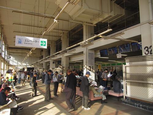 金沢競馬場の予想屋が集まるスタンド1階