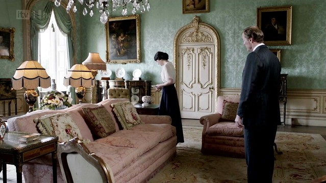 DowntonAbbeyS02E08_interior_greendamaskwallpaper_pinksofas2
