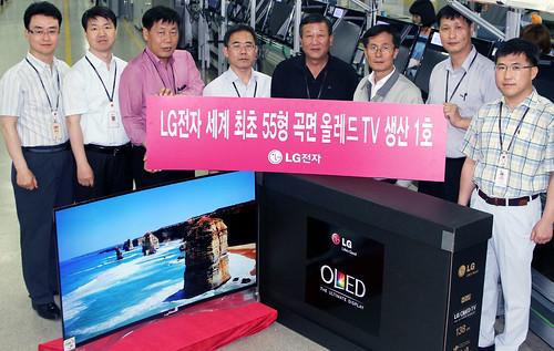 LG전자 곡면 올레드 TV 배송 시작하는 모습